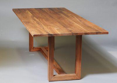 Matbord i massiv valnöt